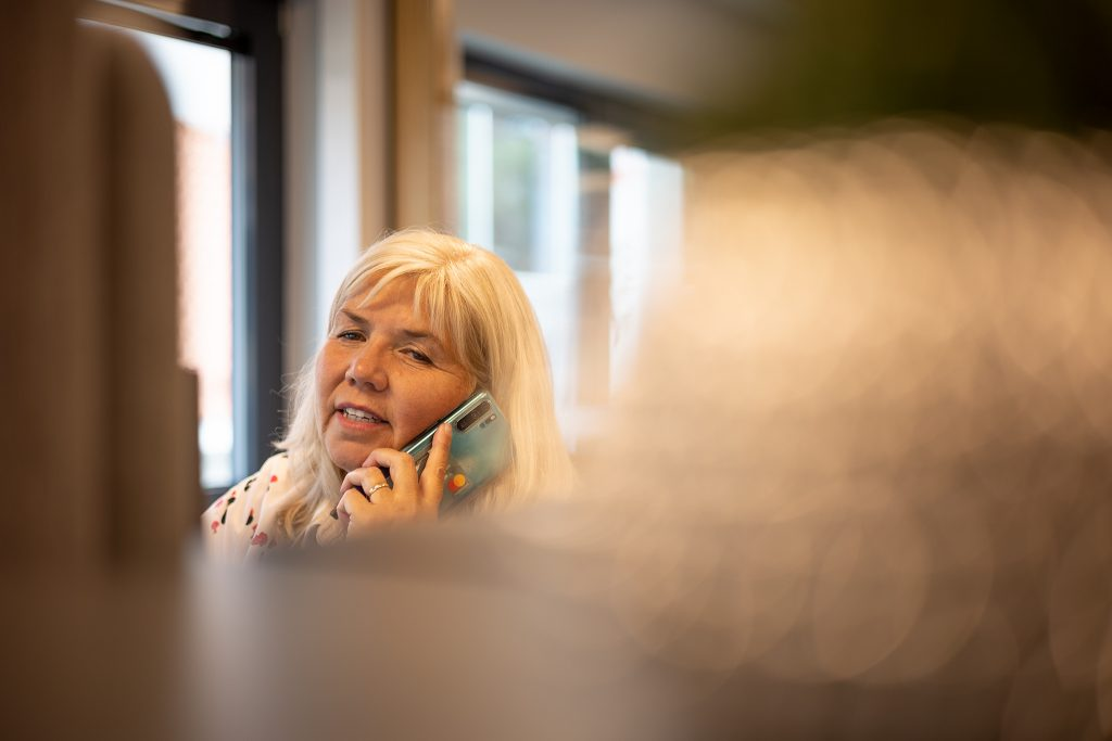 Hanne Solberg i telefon